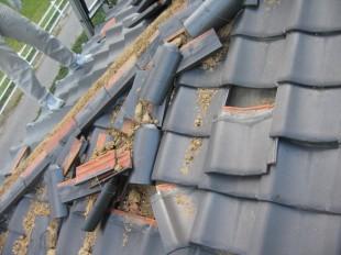 強風で倒壊した棟瓦